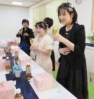「成人を祝う会」で乾杯する小林実菜さん(右)=佐賀市鍋島町のNPO法人ともしび