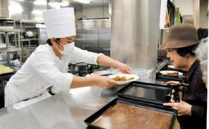 ビーフカレーを提供する調理師科の学生=佐賀市の西九州大学佐賀調理製菓専門学校