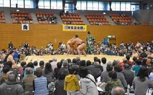 多くの来場者が力士の取組に声援を送った冬巡業の佐賀よか場所=佐賀市の県総合体育館