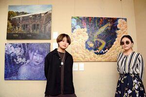 同級生とグループ展を開く佐賀大学芸術地域デザイン学部2年の松尾明日香さん(左)と竹下綾香さん=佐賀市のトネリコカフェ