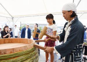 しょうゆやみそ造りに使う木おけを製作する来場者=佐賀市の丸秀醤油