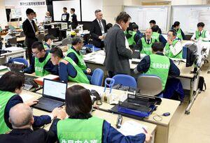 災害による原発事故を想定して行われた図上訓練=唐津市西浜町の佐賀県オフサイトセンター