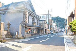 江戸時代からの建物が軒を連ねる有田町内山地区