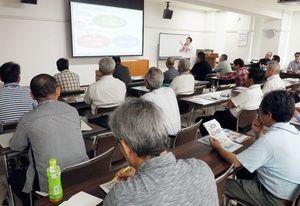 防災意識を高める啓発を「まずは家族から」と促した県地域防災リーダーフォローアップ講座=神埼市の神埼市中央公民館