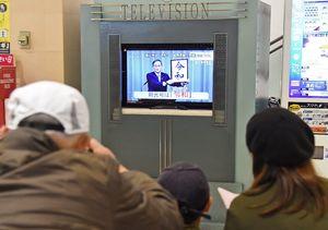 新元号「令和」の発表を報じるテレビに見入る来店客ら=1日午前11時42分、佐賀市のイオンモール佐賀大和
