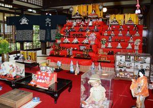 焼き物店にはさまざまなひな人形などが並べられている=有田町大樽の手塚商店