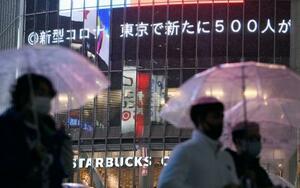 2日、東京都内の新たな新型コロナウイルス感染者数を伝える東京・渋谷の大型ビジョン。新型コロナウイルス感染症のワクチンを国の費用負担で接種していくための改正予防接種法が成立した