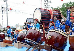 目達原地区祇園社の夏祭りで力強い音を響かせる子ども太鼓=吉野ヶ里町吉田