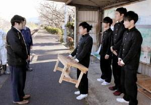 松浦鉄道に木製ベンチを寄贈した伊万里農林高校森林工学科3年生=伊万里市山代町の久原駅