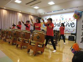 迫力ある演奏を披露した赤熊太鼓のメンバー=吉野ヶ里町の三田川児童館