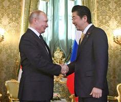 会談前に握手を交わすロシアのプーチン大統領(左)と安倍首相=26日、モスクワのクレムリン(共同)