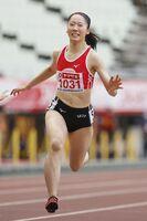 U20の女子100メートル決勝で、大会記録に並ぶ11秒65をマークして優勝した永石小雪=ヤンマースタジアム長居
