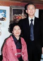 城野啓子さんの両親、平井フヂノさん(左)と義信さん=1975年ごろ撮影