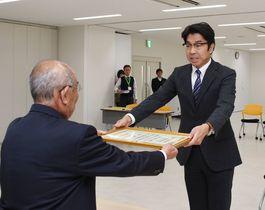 小松氏に当選証書 武雄市長選