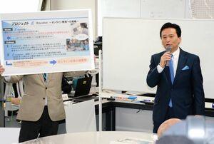 オンライン授業「プロジェクトE」について説明する山口祥義知事=佐賀県庁