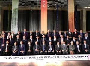 G20財務相・中央銀行総裁会議の初日の討議を終え、記念撮影に臨む参加者=21日、アルゼンチン・ブエノスアイレス(共同)