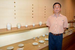 さまざまな新作を並べた梶原靖元さんの作陶展=有田町のギャラリー土の器・松永陶苑