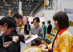 全国の小売店や通販会社のバイヤーに、出展者と佐賀銀行が共に食品を売り込んだ「地方銀行フードセレクション2016」=東京都江東区の東京ビッグサイト