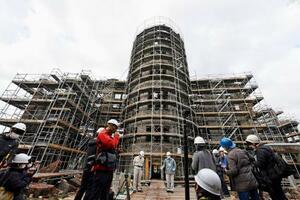 報道陣に公開された、保存工事中の原爆ドーム=27日午前、広島市