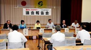 オスプレイ配備計画について参加者の質問に答える市議たち=佐賀市川副町の南川副公民館