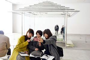 九州初公開となった「ガラスの茶室」。来場者は、光の織りなす癒やしの空間をカメラに収めていた=佐賀市の県立美術館