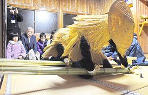 神事で力強く青竹を打ち鳴らすカセドリ=佐賀市蓮池町の熊野権現神社
