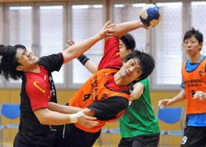 倒れ込みながらシュートを放つ野田巨樹選手(中央)=神埼市のトヨタ紡織九州クレインアリーナ