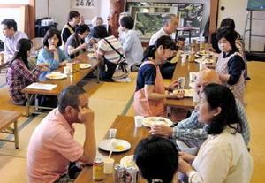 捕獲隊1周年記念で開かれたしし肉料理の試食会=神埼市の城原公民館