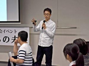 SDGsのコンセプトや活動などを説明する上田壮一さん=佐賀市の佐賀商工ビル