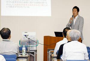 朝鮮学校無償化に関する問題について話す在日コリアンで弁護士の金敏寛さん=佐賀市の県教育会館
