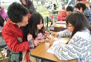 折り紙作りを楽しむ親子連れ=佐賀市川副町の西川副公民館