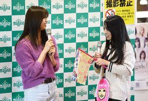 ファンと交流するE-girlsの佐藤晴美さん(左)