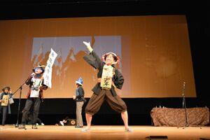 11歳の茂安を演じる学生=佐賀市の文化会館