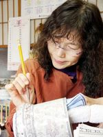 絵付けするアトリエまりゑ(伊万里市)の梶原真理江さん。展覧会では絵付け体験コーナーもある