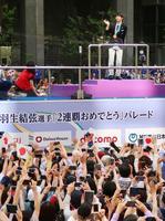 平昌五輪フィギュアスケート男子で66年ぶりの2連覇を達成し、地元仙台市でパレードする羽生結弦選手=22日午後