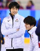 エキシビションに向けた練習中に談笑する羽生結弦(左)と宇野昌磨=江陵(共同)