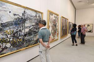 支部員の力作が並ぶ緑光会展=佐賀市の県立美術館