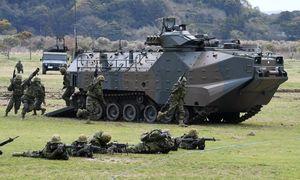奪還作戦のデモンストレーションで進行する水陸両用車AAV7=佐世保市の相浦駐屯地