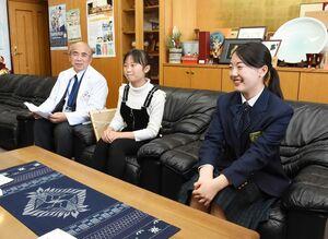 英検1級に合格した羽根風歌さん(右)と理検化学2級に合格した吉田侑唯さん(中央)=基山町役場