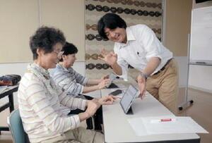 タブレット端末の使い方を学ぶ参加者ら=鹿島市民交流プラザ「かたらい」