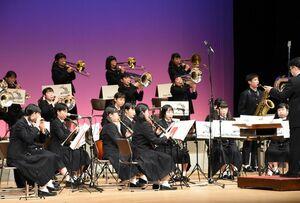 子どもたちに人気のアニメ曲などを披露し、会場を盛り上げた佐賀商高吹奏楽部