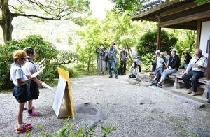 観光客に伊東玄朴の業績を紹介する仁比山小の児童ら(左)=神埼市の伊東玄朴旧宅