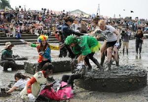 今年も外国人を含む1000人が参加した鹿島ガタリンピック。干潟で泥まみれになって競技を楽しめ、人気が高い=6月11日、鹿島市の七浦海浜スポーツ公園