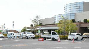 工場へごみを持ち込み、受付を待つ車の列=佐賀市清掃工場