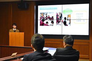 台湾の自閉症施設に訪れたことを紹介する生徒=佐賀県庁