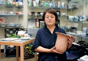 客のリクエストに応えてデザインすることも多い。「お客様に喜んでもらうのが一番の喜び」と語る=有田町の久保田稔製陶所