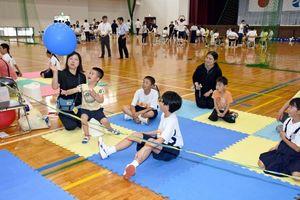 風船バレーを楽しむ参加者=みやき町の中原体育館