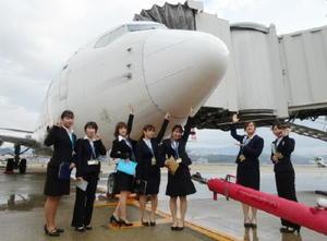 昨年12月に空港と飛行機内の見学や業務体験をした佐賀女子短期大学の学生たち=福岡市の福岡空港(提供)