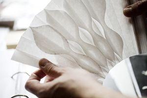 プレ企画で展示される扇作家シルヴァン・ル・グエンさんの作品(C)NATHALIE BAETEN