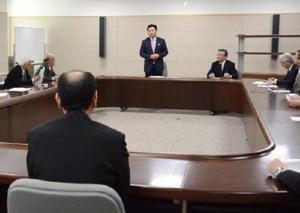 会では、地域の商工業の活性化策について山口祥義知事(中央)と意見交換した=県庁